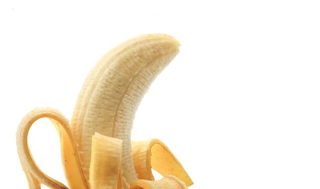 Очищенный банан на белом фоне Premium Фотографии