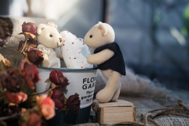 アルミニウムバケツに白いハートとかわいいバレンタインのクマ。バレンタインの日の概念 Premium写真
