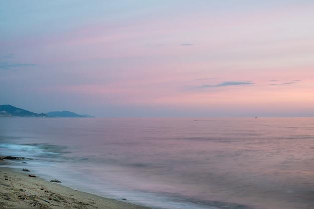山と夕日の地中海の風景。 Premium写真