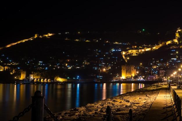 トルコ、アラニヤの港、要塞、古代の造船所の夜景。 Premium写真