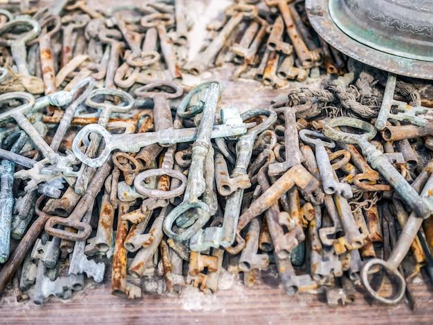 フリーマーケットの露店でアンティークのさびた金属キー Premium写真