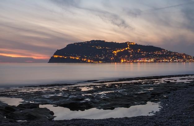 アラニヤ、トルコの港、海、要塞のサンセットビュー。 Premium写真