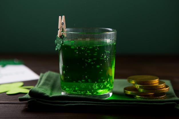 День святого патрика зеленая пивная пинта, украшенная листьями трилистника. патрик день в пабе, празднование. Premium Фотографии