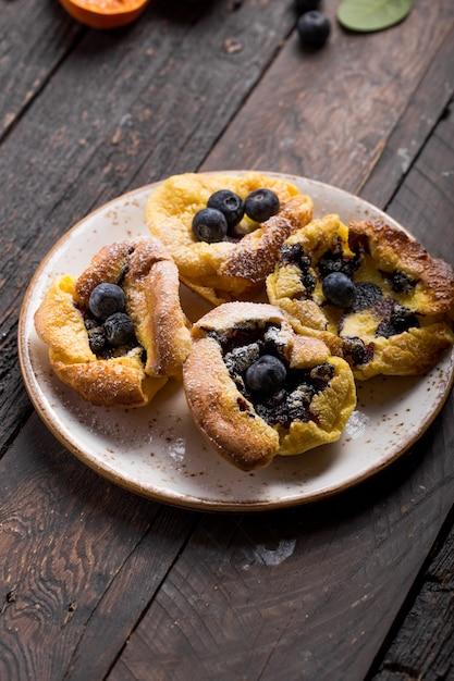 Паннукаку или датский блинчик с ягодами, покрытые сахарной пудрой Premium Фотографии