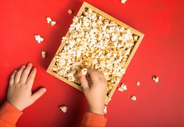 赤の箱からこぼれた新鮮なポップコーン Premium写真