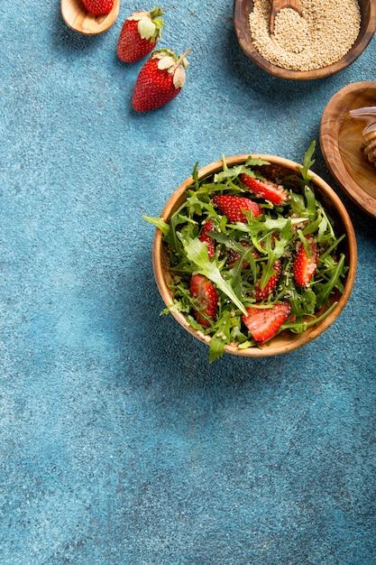 Салат из рукколы с киноа на синий конкретный стол. диетическое питание Premium Фотографии