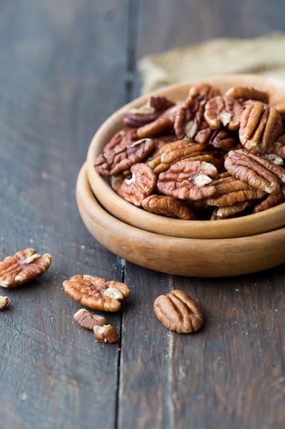 Миска с органическими очищенными орехами пекан Premium Фотографии