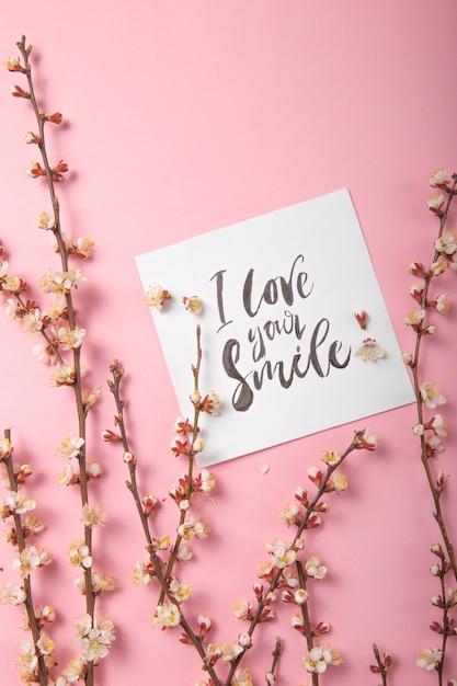 Я люблю твою улыбку рукописной надписью. ручной обращается надписи, каллиграфия. открытка с весенним деревом бранч фон, валентинка, день матери. Premium Фотографии