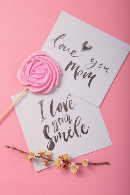 Люблю тебя, мама рукописная надпись. ручной обращается надписи, каллиграфия. открытка с весенним деревом бранч фон, валентинка, день матери. Premium Фотографии