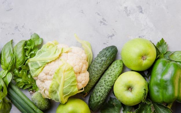 Концепция здорового вегетарианского питания, выбор свежих зеленых продуктов для детоксикации, цветная капуста, яблоко, огурец, фейхоа, шпинат, Premium Фотографии
