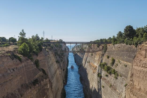 Вид с моста через коринфский канал под афинами в греции Premium Фотографии