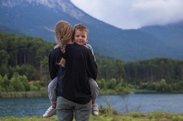 幸せなマザーと彼の幼い息子、彼のママ、マザーの日の概念を抱いて少年の肖像画 Premium写真