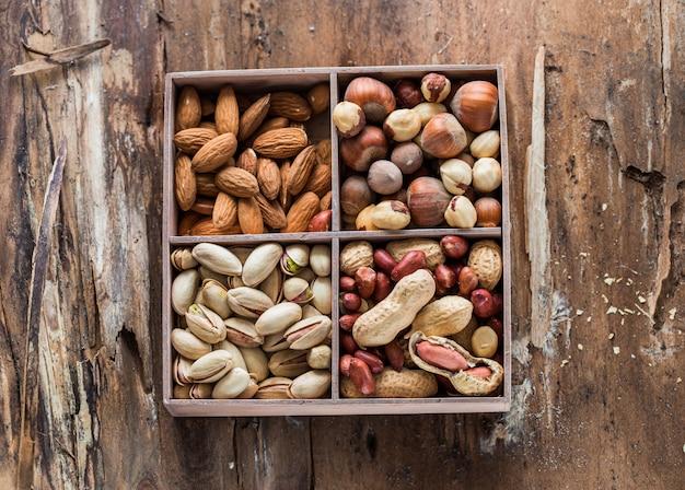 ナッツの種類:ピーナッツヘーゼルナッツ栗クルミカシューナッツピスタチオとピーカン。食べ物と料理。 Premium写真