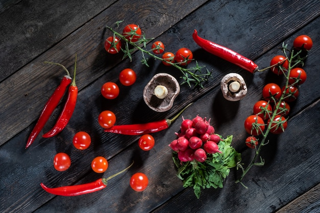 古い木製の背景にある新鮮な野菜 Premium写真