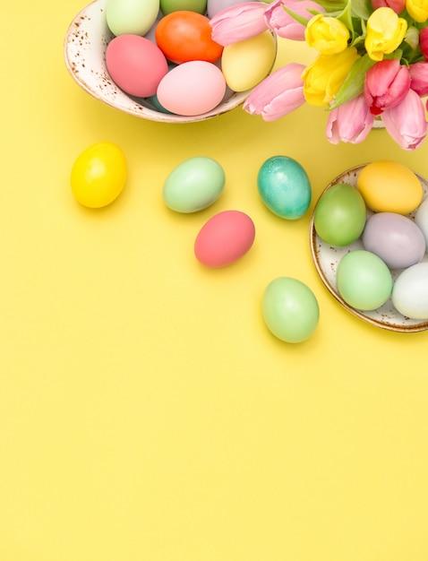 イースターエッグ装飾春チューリップの花黄色背景 Premium写真
