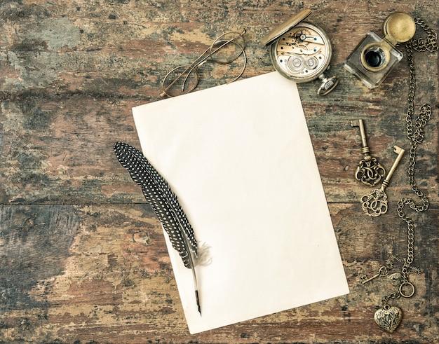 古紙とアンティークの筆記用具。ビンテージ・スタイル Premium写真