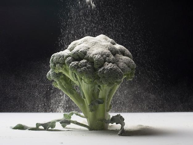 小麦粉とブロッコリーのコンセプト Premium写真
