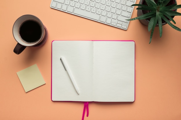 オフィスの机のテーブルに鉛筆で開いているノートブックページ Premium写真