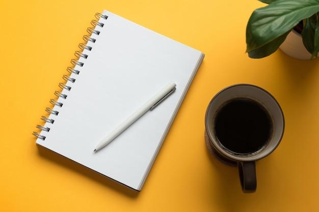 鉛筆で開いているノートブックページ Premium写真