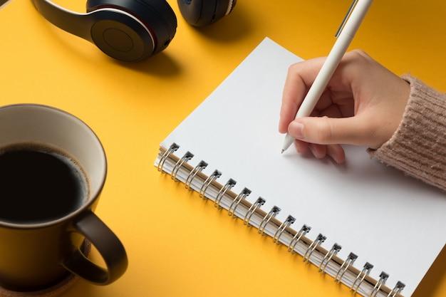 手書きで開いているノートブックページ Premium写真