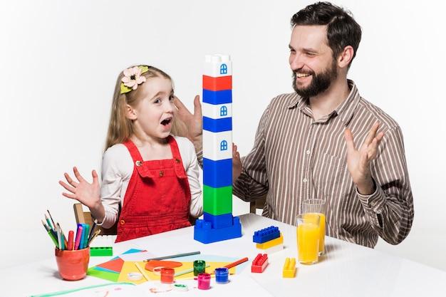 Отец и дочь вместе играют в развивающие игры Бесплатные Фотографии