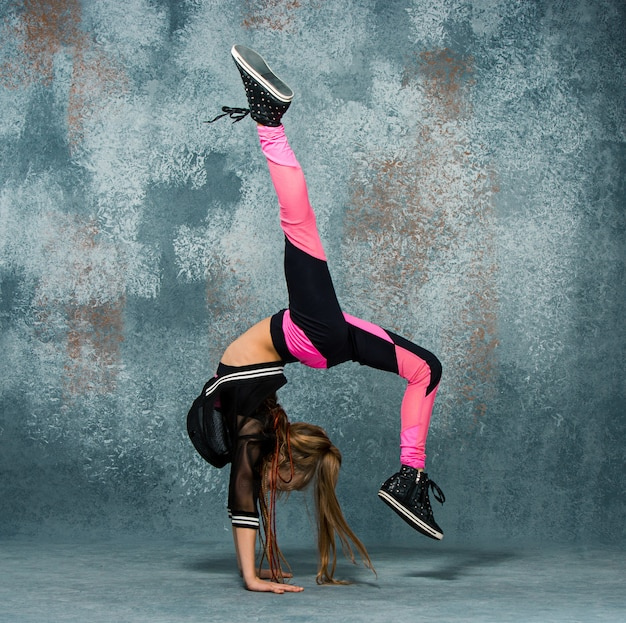 壁に若い女の子ブレイクダンス 無料写真