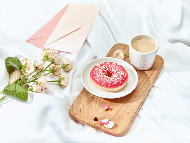 封筒付きのテーブルの愛の手紙の概念 無料写真