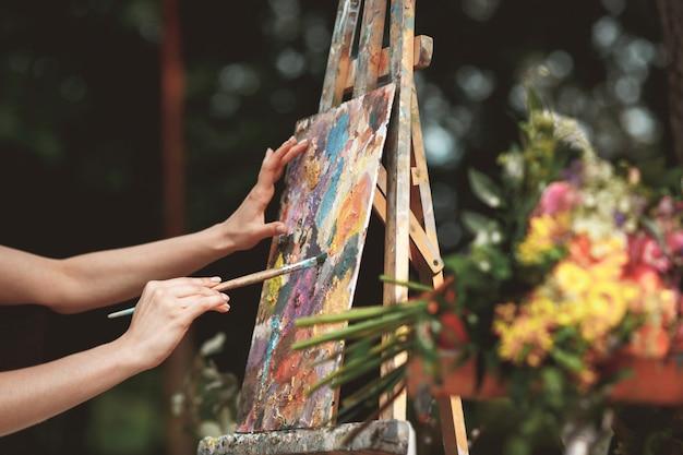 Рука художника крупным планом на стене картины Бесплатные Фотографии