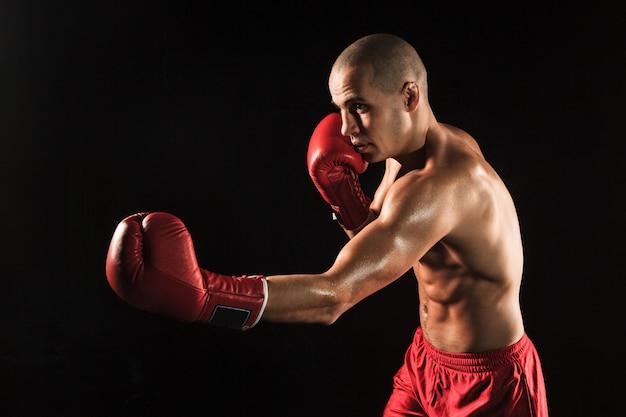 若い男が黒にキックボクシング 無料写真