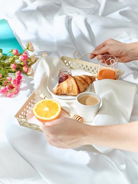 ベッドで朝食をとる 無料写真