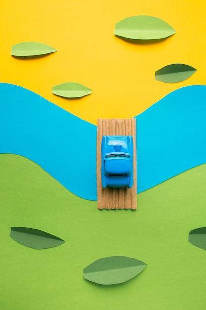 偽の風景の中のヴィンテージのミニチュア車 無料写真