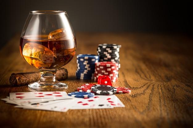 Сигары, чипсы для азартных игр, напитков и игральных карт Бесплатные Фотографии