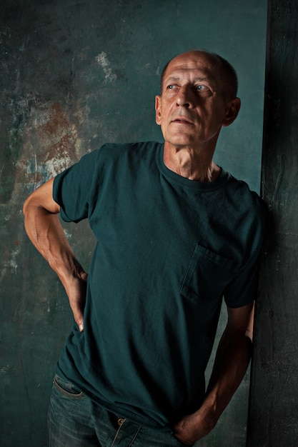 Взволнованный зрелый человек, стоящий Бесплатные Фотографии