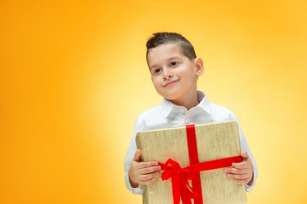 Мальчик с подарочной коробкой Бесплатные Фотографии