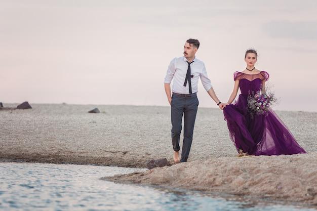 海のビーチで実行されているロマンチックなカップル 無料写真