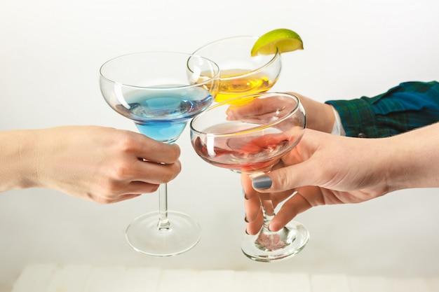 Мужские и женские руки с экзотическими коктейлями Бесплатные Фотографии