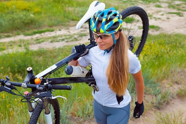 Молодая девушка езда на велосипеде снаружи Бесплатные Фотографии
