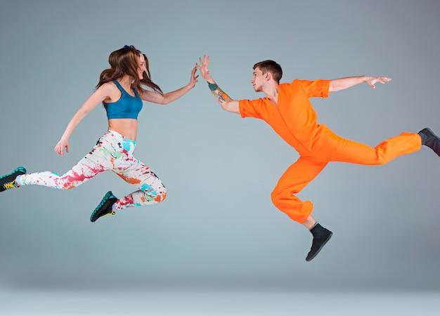 男と女のヒップホップの振り付けを踊る 無料写真