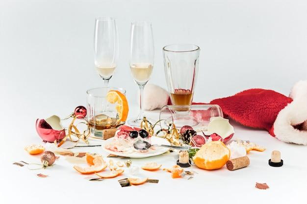 クリスマスの翌朝、アルコールと残り物のテーブル 無料写真