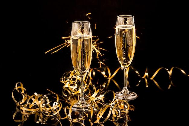 Бокалы с шампанским на фоне праздничных огней Бесплатные Фотографии