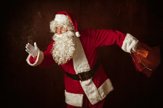サンタクロースの衣装の男の肖像 無料写真