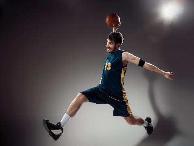 Полная длина портрет баскетболиста с мячом Бесплатные Фотографии
