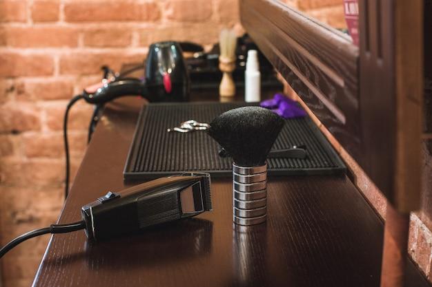 Оборудование парикмахерской на деревянном столе Бесплатные Фотографии