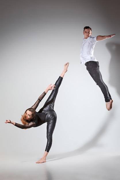 現代的なスタイルで踊る二人 無料写真