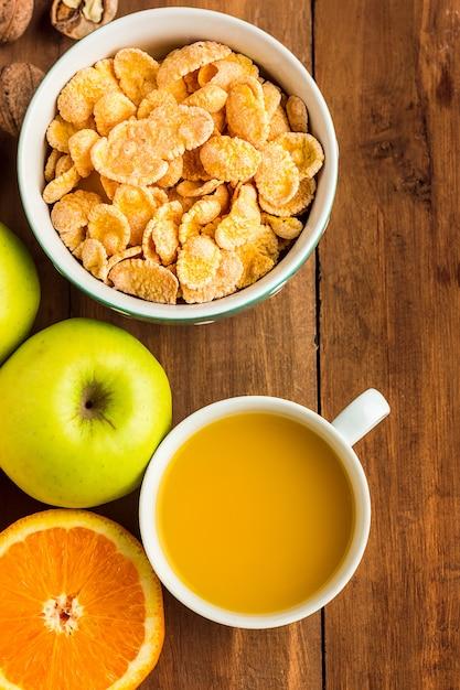 ミューズリー、リンゴ、新鮮な果物、クルミの健康的な自家製朝食 無料写真