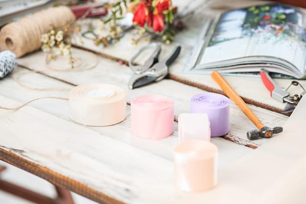 Рабочий стол флориста с рабочими инструментами Бесплатные Фотографии
