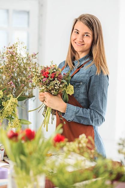 別の花の花束を作る花屋 無料写真