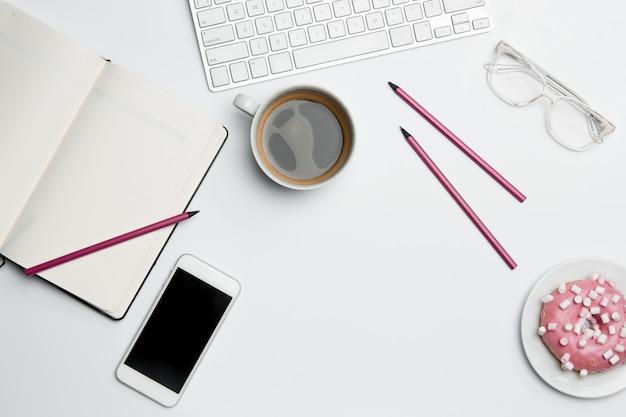 Стол офисный стол с компьютером, расходных материалов, телефона и кофе кубок. Бесплатные Фотографии