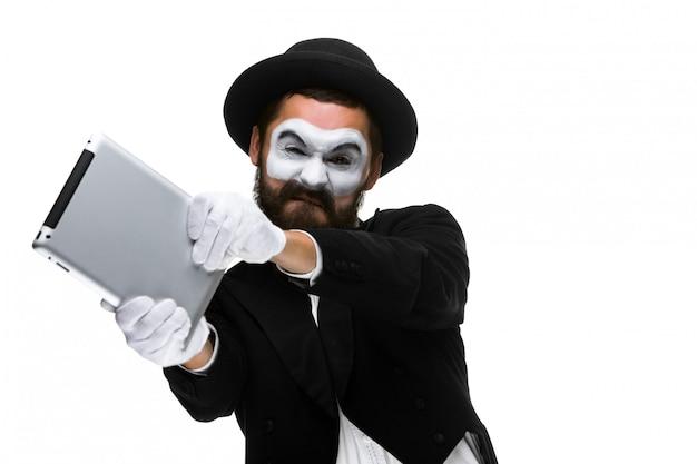 Мим, как бизнесмен бросает компьютер в ярости. Бесплатные Фотографии