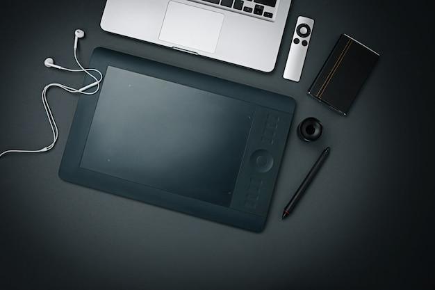 ビジネスの職場。現代の男性のアクセサリーと黒の背景上のラップトップ 無料写真